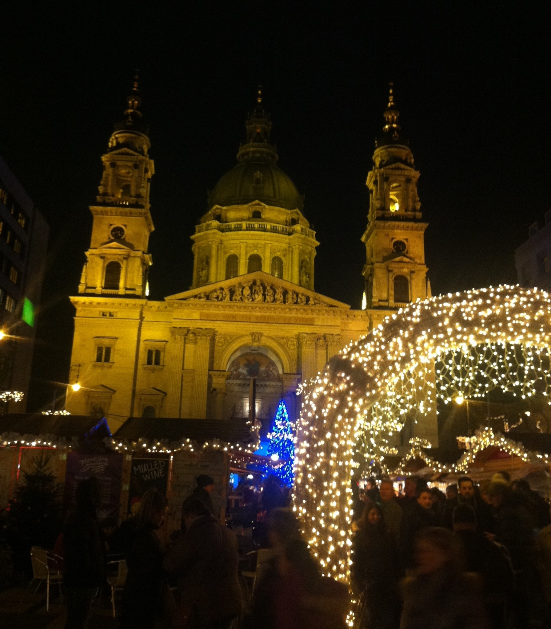 Julemarkedetet ved Basilikaen, som vi også var inde i. Pladsen ude foran var fyldt med hyggelige boder og der blev vist et lys show med musik på Basilikaen.